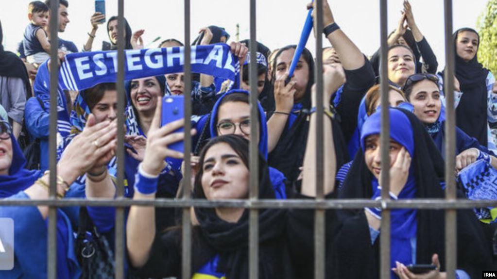 Una fanática del fútbol en Irán muere tras prenderse fuego