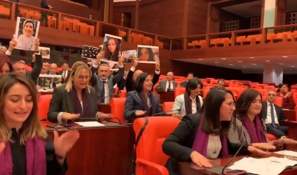 Turquía: Parlamentarias protestan con himno de LasTesis