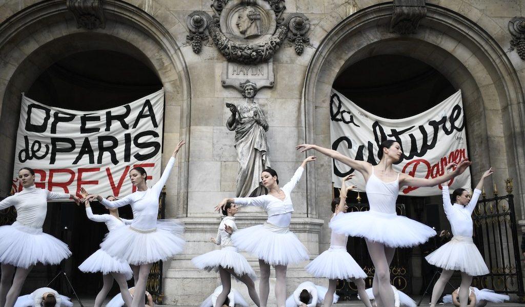 Bailarinas de la Opera de París protestan con El Lago de los Cisnes